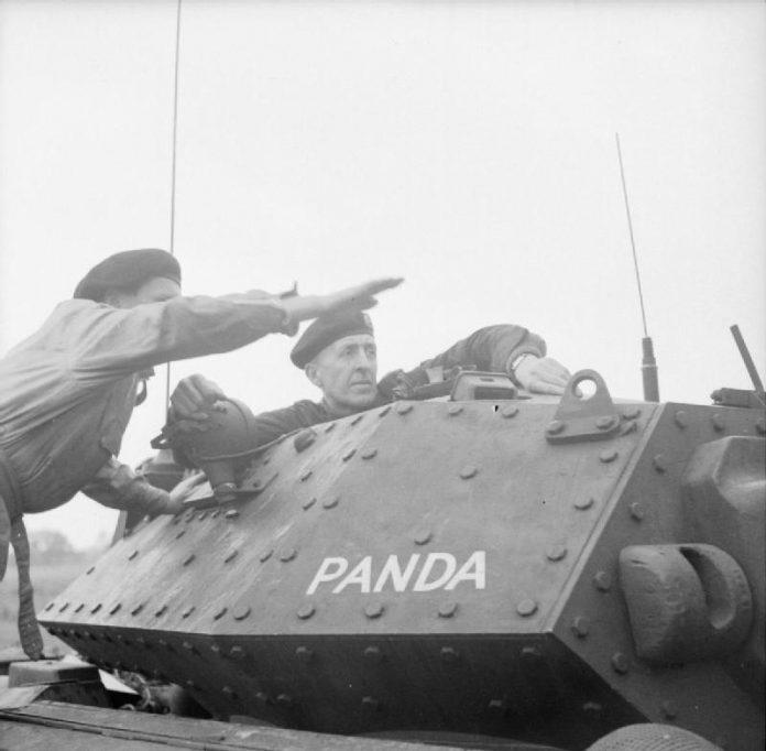 Brian Gwynne Horrocks Lieutenant-General (1895 – 1985), commandant van het 9e Pantserdivisie, tijdens een oefening, 18 juli 1942.