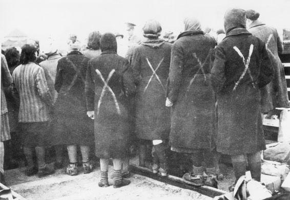 Vrouwen in Ravensbrück in afwachting voor transport door het Rode Kruis aan het einde van de oorlog.