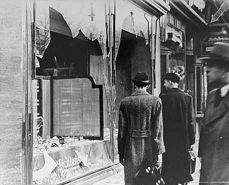 De dag na Kristallnacht, vernietigde Joodse winkels en huizen.